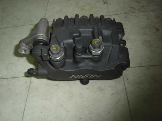 フォルツァ250 フロントブレーキキャリパー MF06-1102